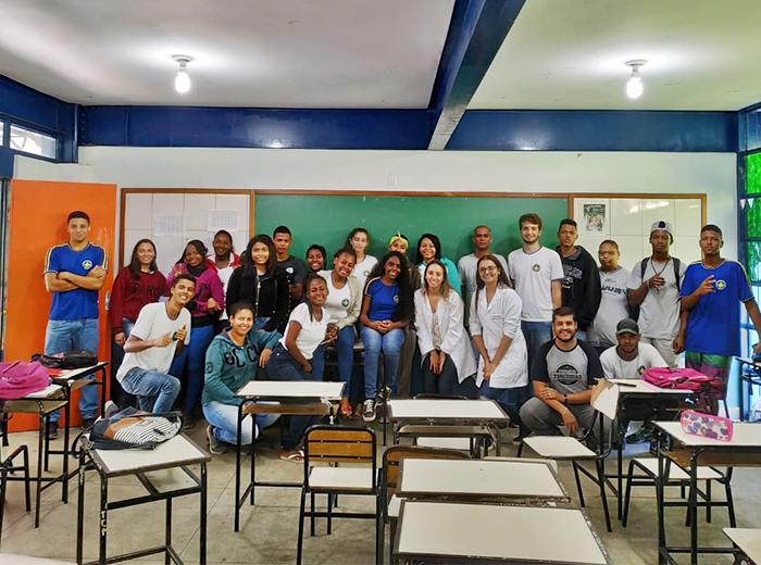 A atividade envolvendo a produção de hidrogênio, bem como a atuação do engenheiro químico no mercado de trabalho, aconteceu na Escola Estadual Raul de Leoni, no bairro Santo Antônio.
