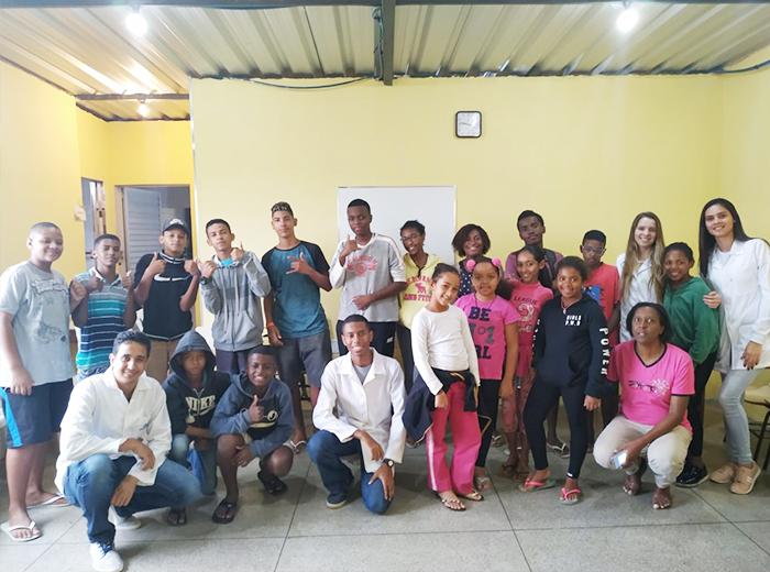 O projeto 'Conectando e Experimentando a Engenharia Química' é coordenado pela professora Fernanda Raquel Carvalho.