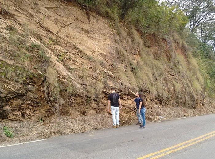 Dois estudantes do sétimo período da Engenharia Civil realizarão um projeto de Iniciação Científica em estabilidade de taludes rochosos na Serra das Posses, em Guiricema-MG. A região é alvo de vários deslizamentos há anos.